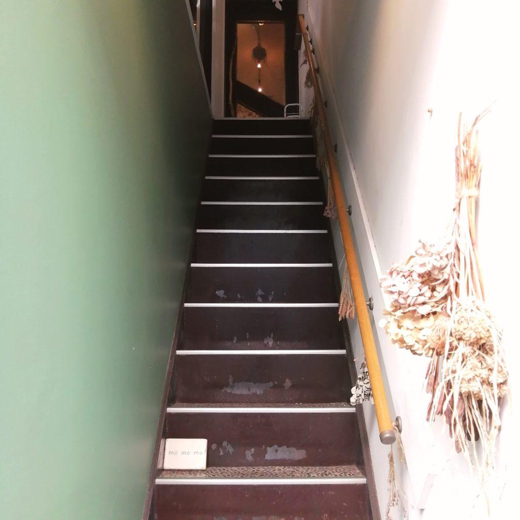CAFE & BAKE momomo階段