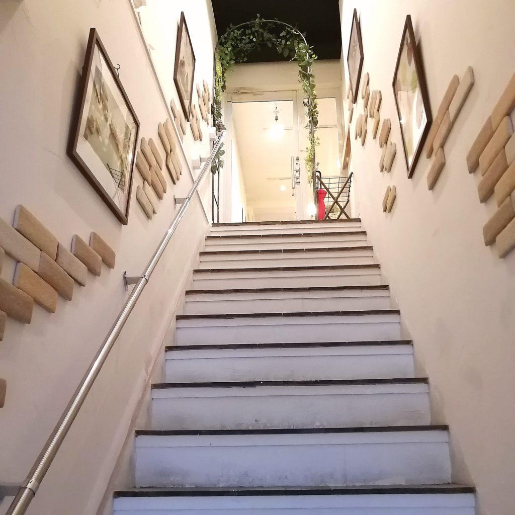 高円寺カフェ「ムッチーズカフェ」階段