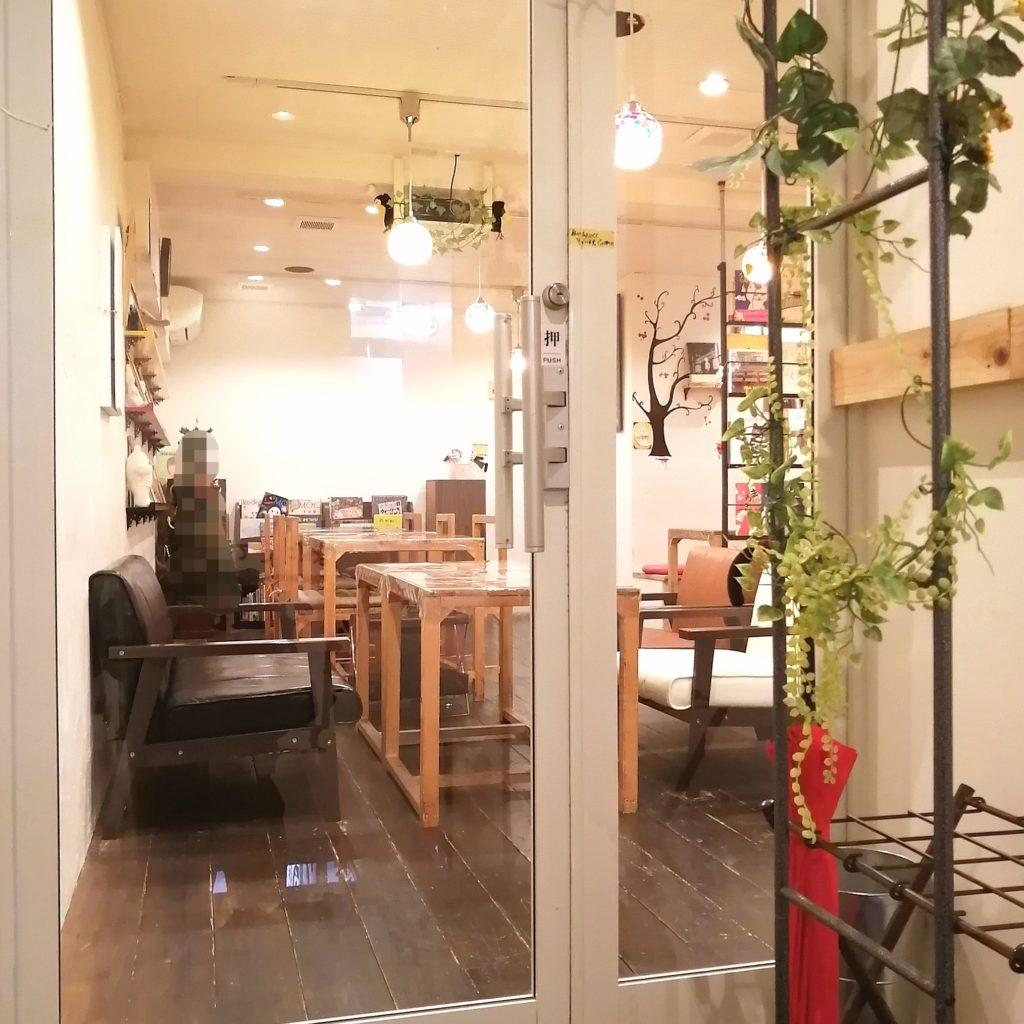 高円寺カフェ「ムッチーズカフェ」外からの店内