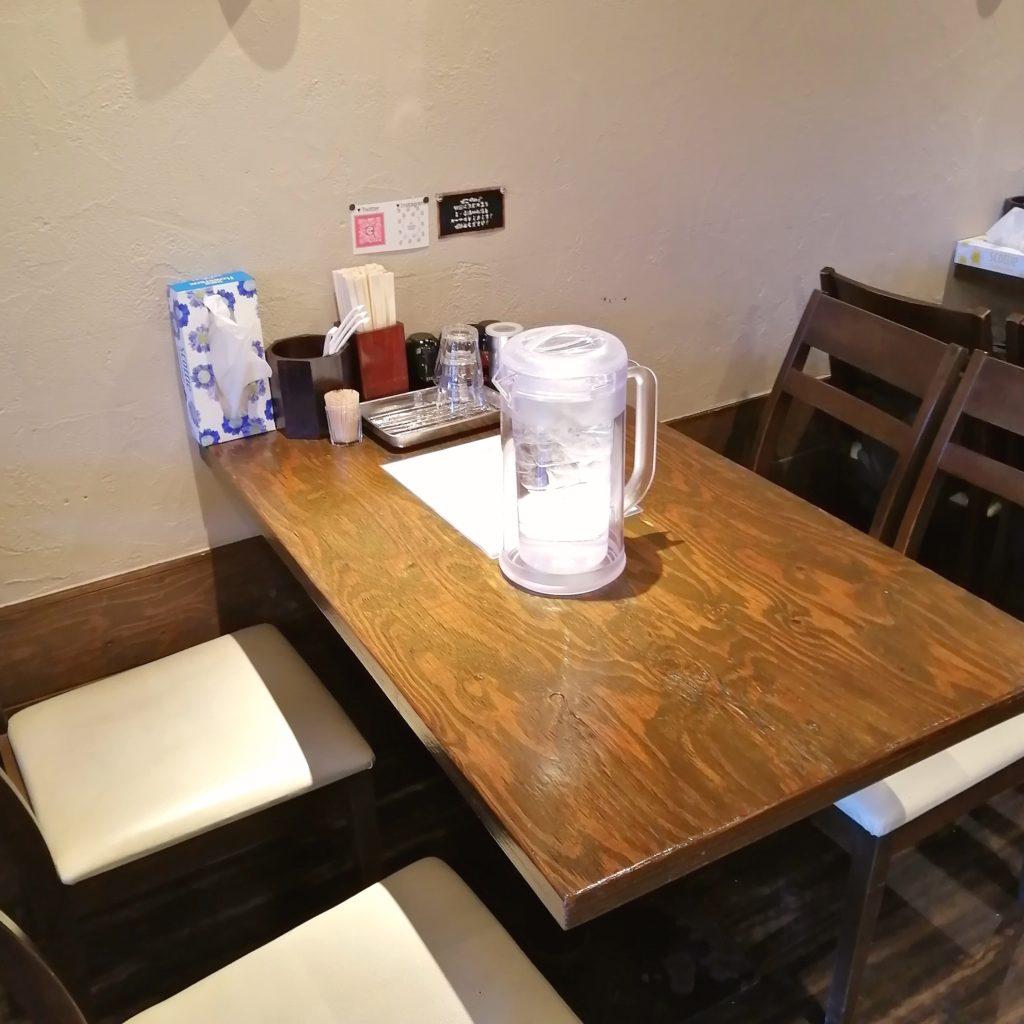 新高円寺ラーメン「くろ助」テーブル席