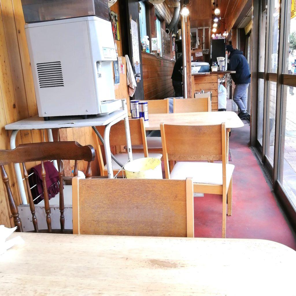 新高円寺ラーメン「タロー軒」店内テーブル