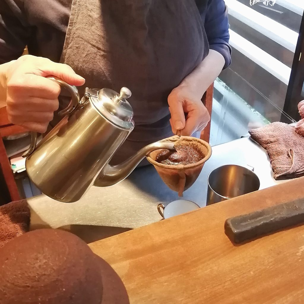 福岡コーヒー「珈琲美美」森光充子氏によるネルドリップ・手元
