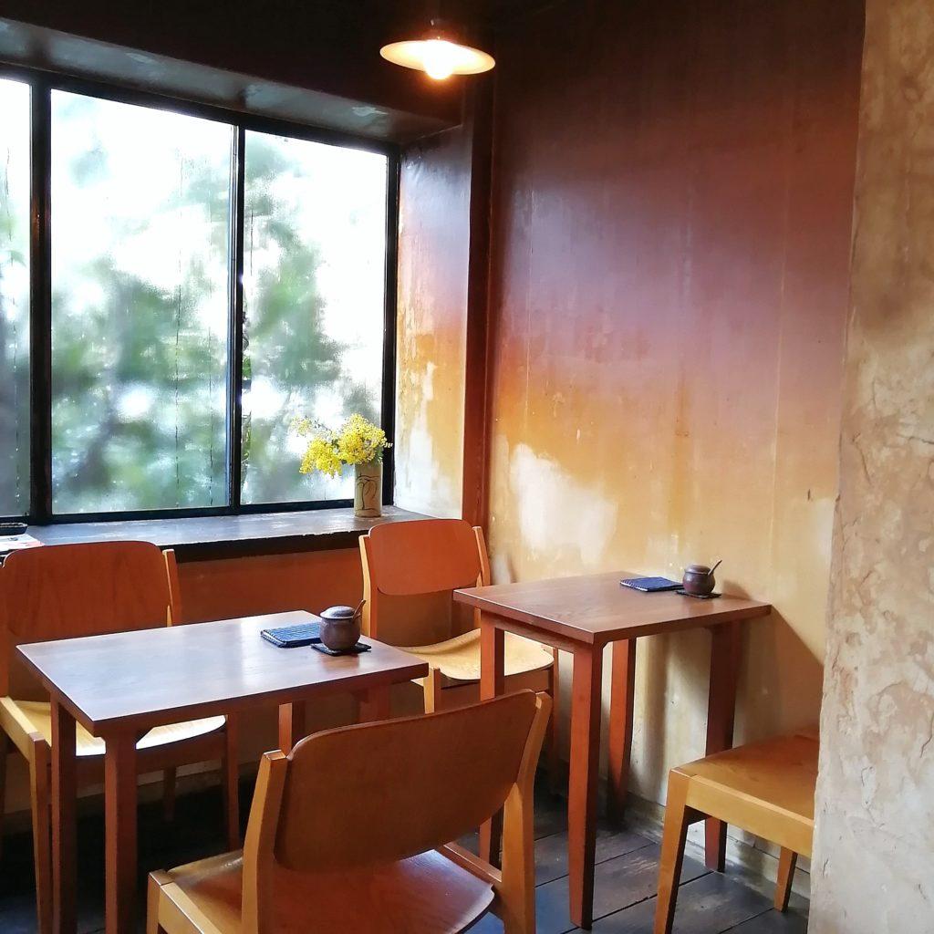 福岡コーヒー「手音」店内・テーブル