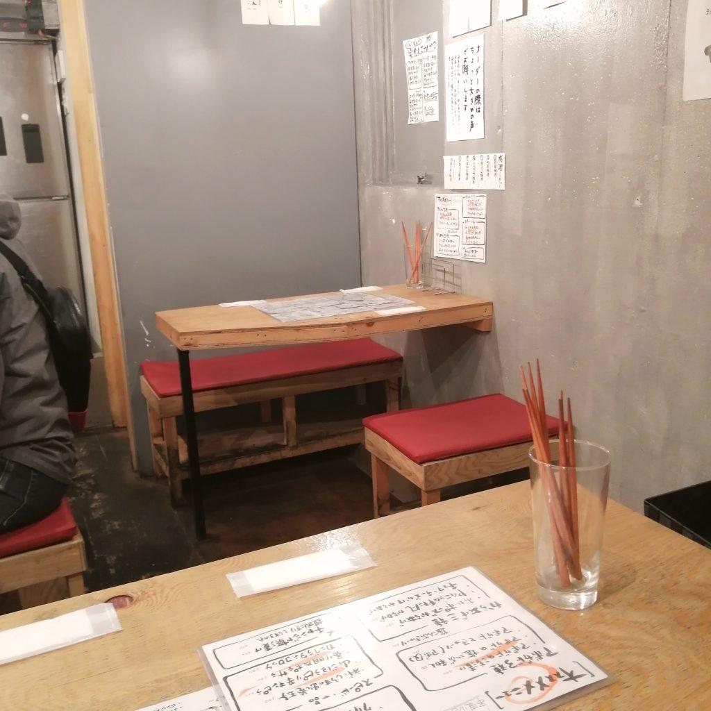 高円寺肉料理「肉巻屋串衛門」店内・テーブル席