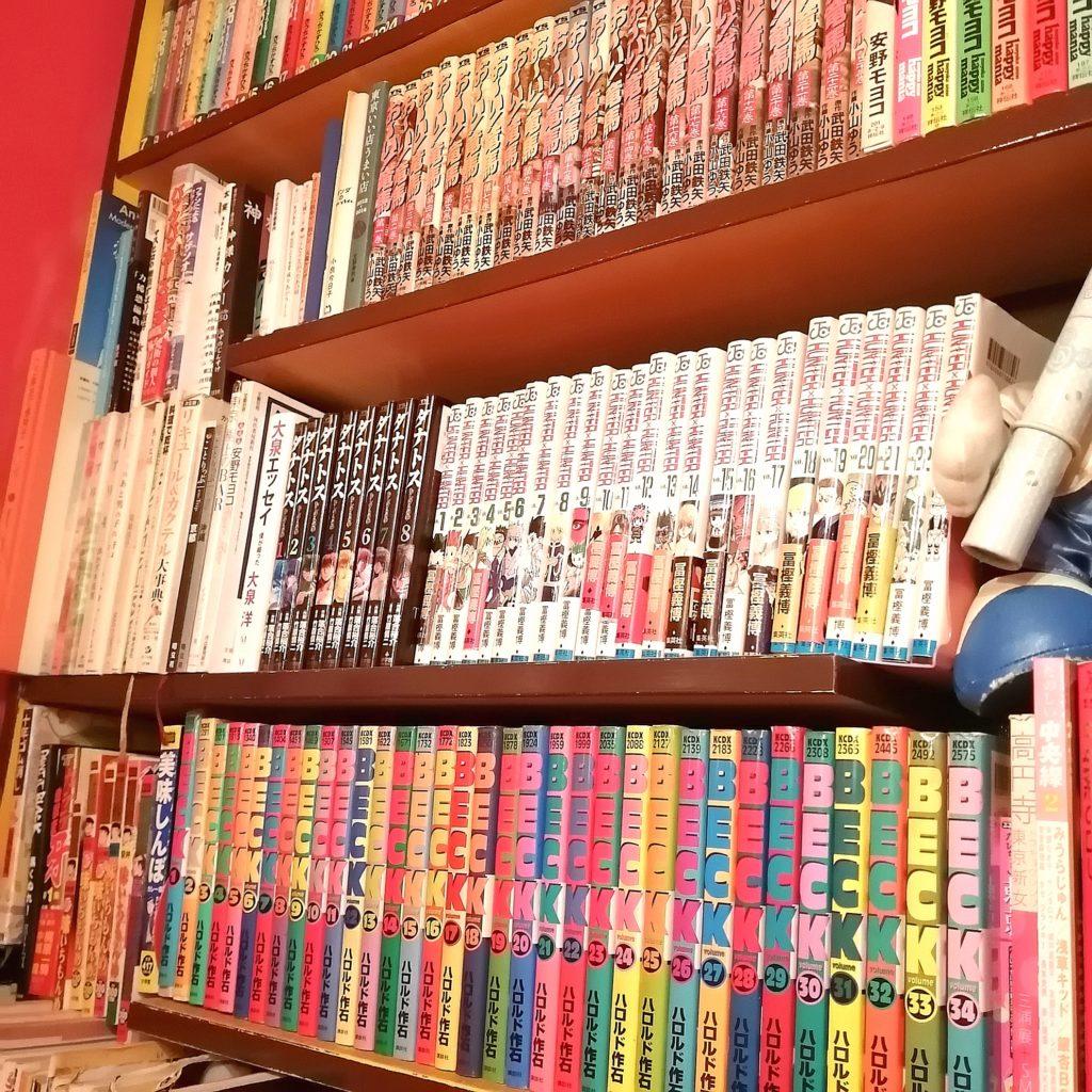 高円寺スープカレー「トリップ(SPICY SOUP CURRY BAR TRIP)」店内・漫画棚