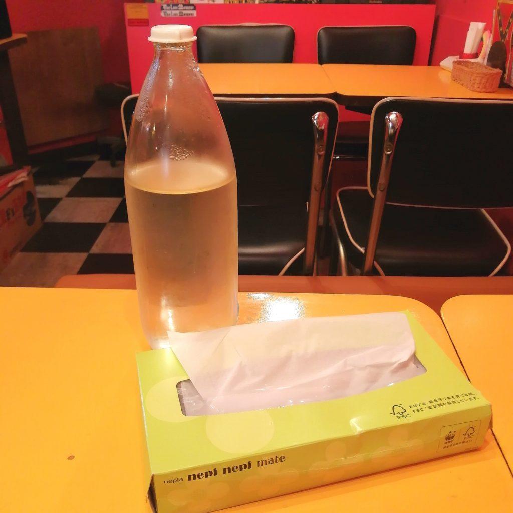 高円寺スープカレー「トリップ(SPICY SOUP CURRY BAR TRIP)」お水とティッシュ箱
