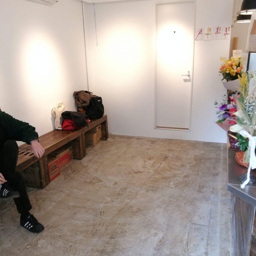 高円寺コーヒー「INCredible COFFEE(インクレディブルコーヒー)」店内・ベンチ奥