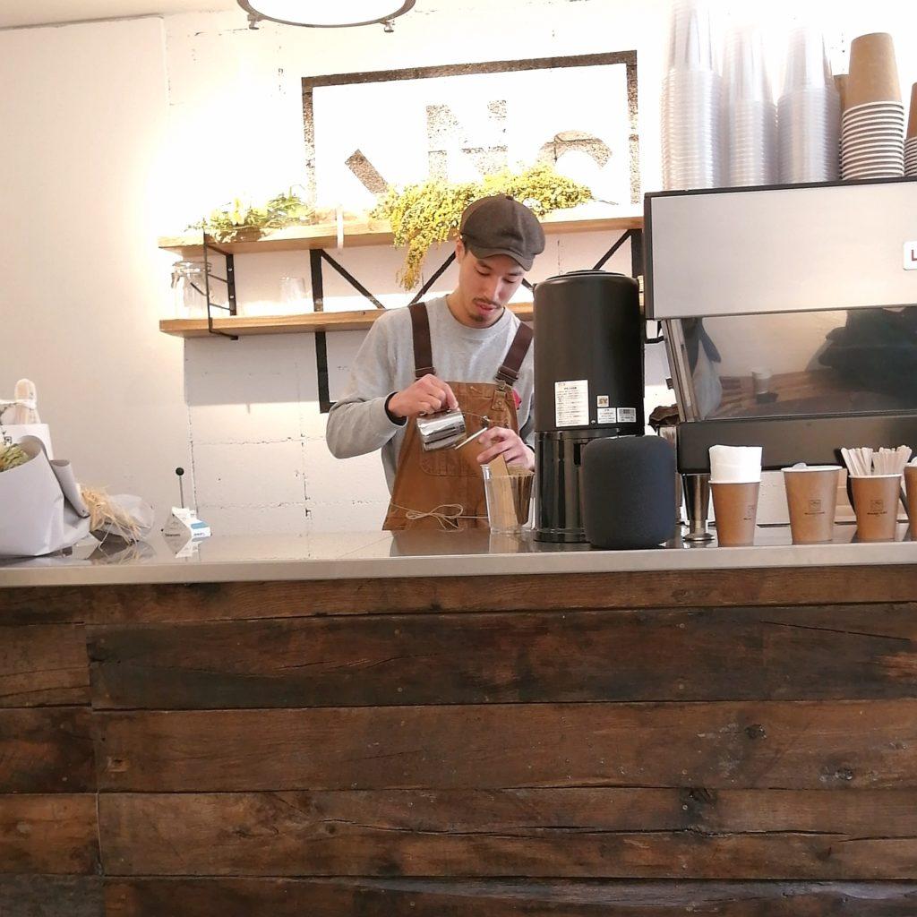 高円寺コーヒー「INCredible COFFEE(インクレディブルコーヒー)」奥のカウンターで抽出・手渡し