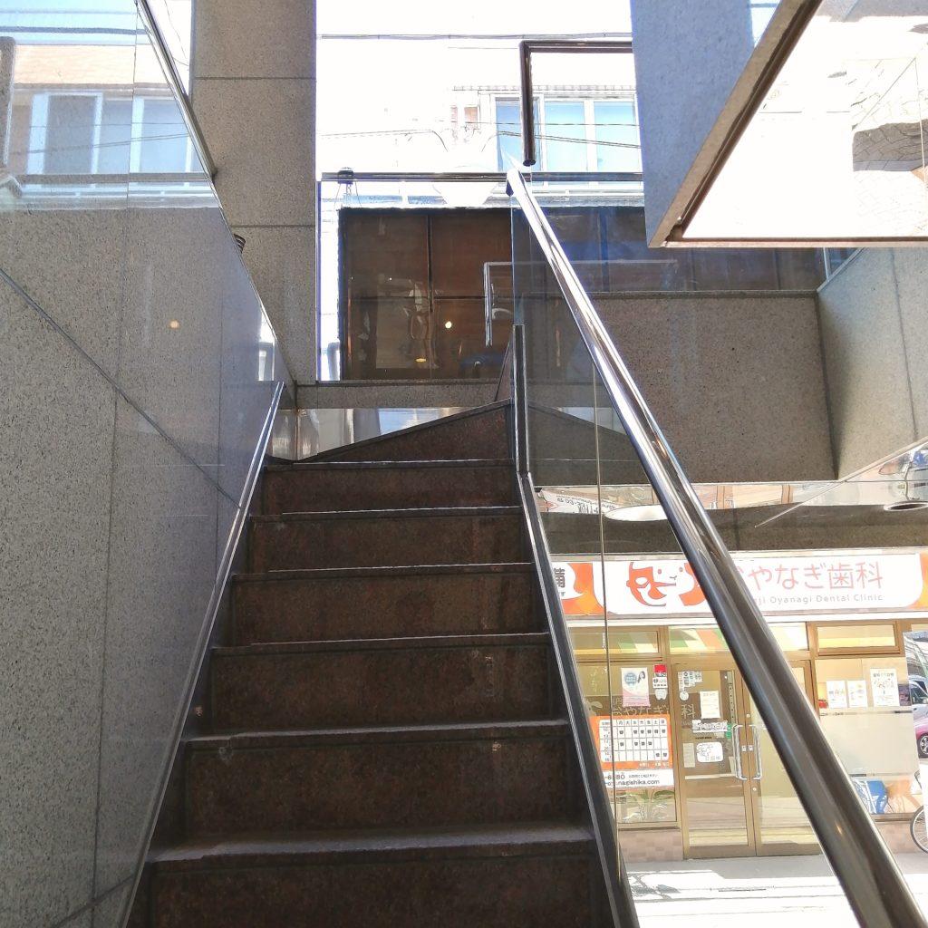 新高円寺カフェ「SMILE EARTH」2階への階段