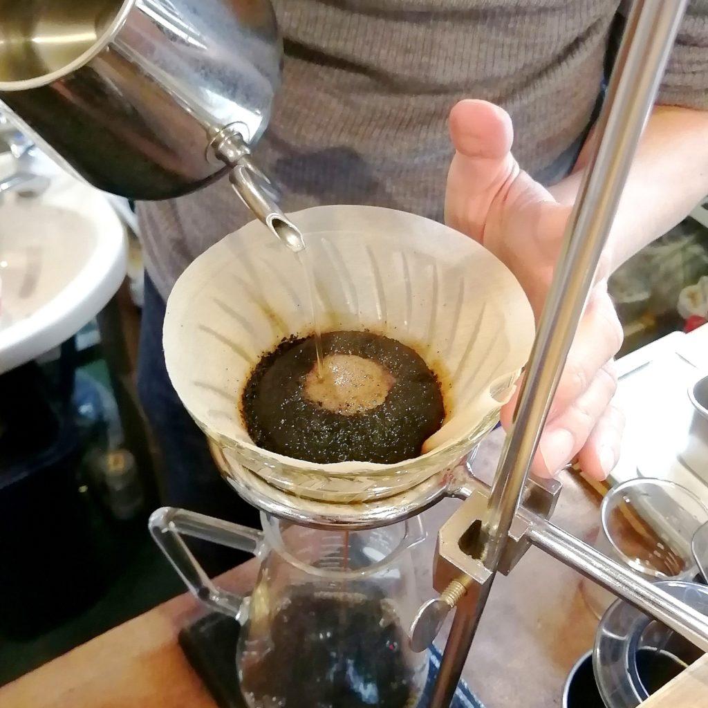 三鷹コーヒー「kissa by go café and coffee roastery」goさん抽出アップ