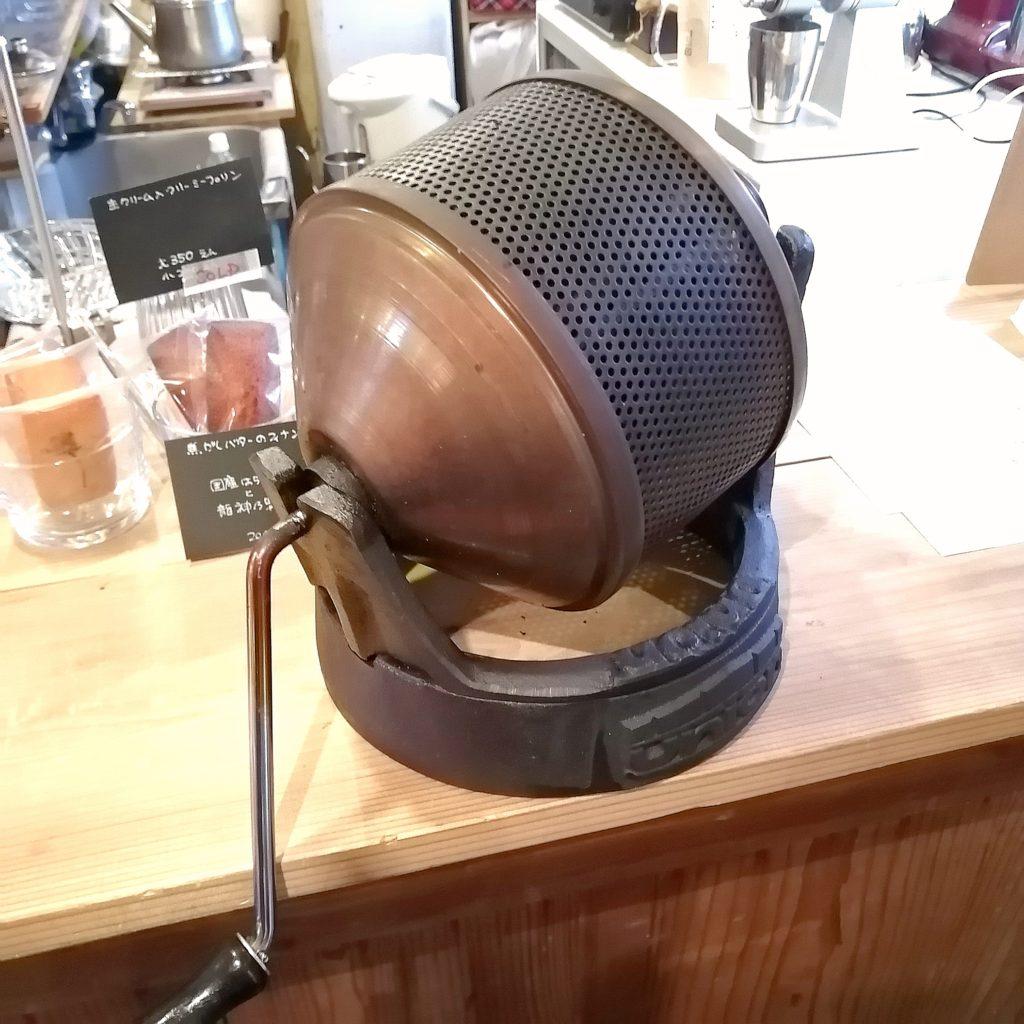 三鷹コーヒー「kissa by go café and coffee roastery」手回しロースター