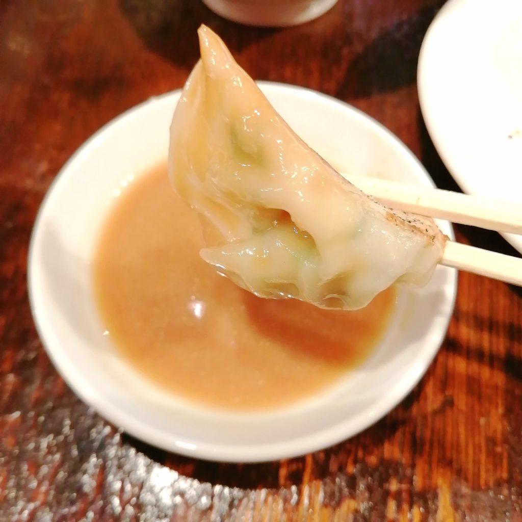 高円寺餃子「丸山餃子製作所」味噌ダレで餃子を頂く
