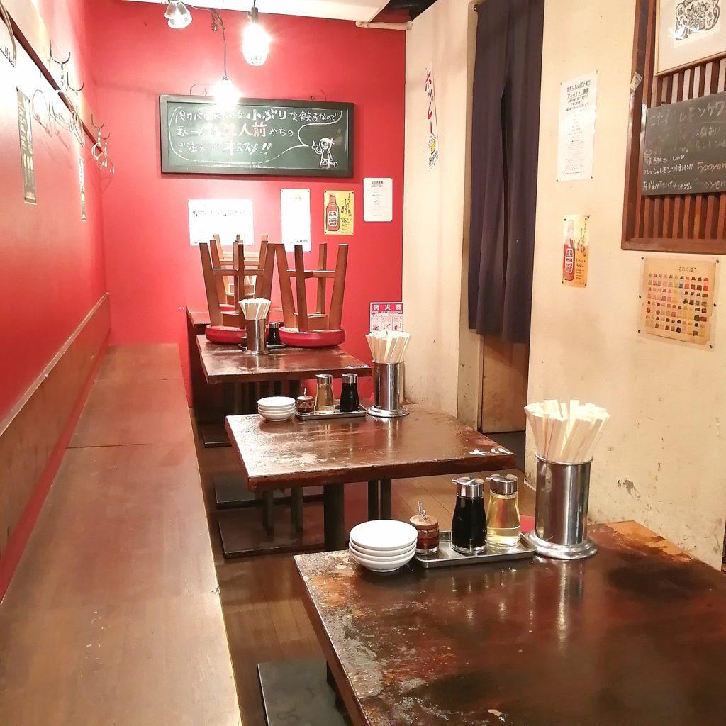 高円寺餃子「丸山餃子製作所」店内・テーブル