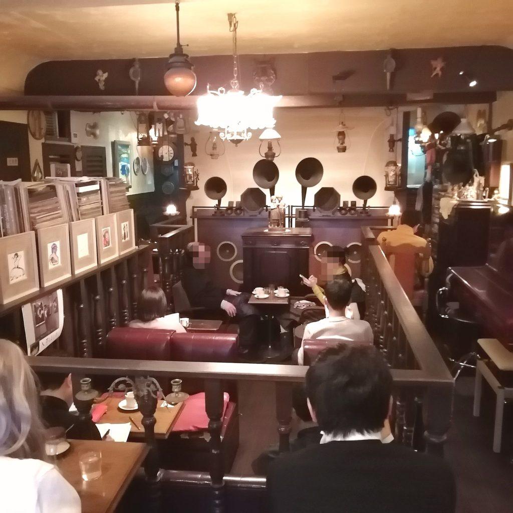 阿佐ヶ谷の名曲喫茶「ヴィオロン」店内