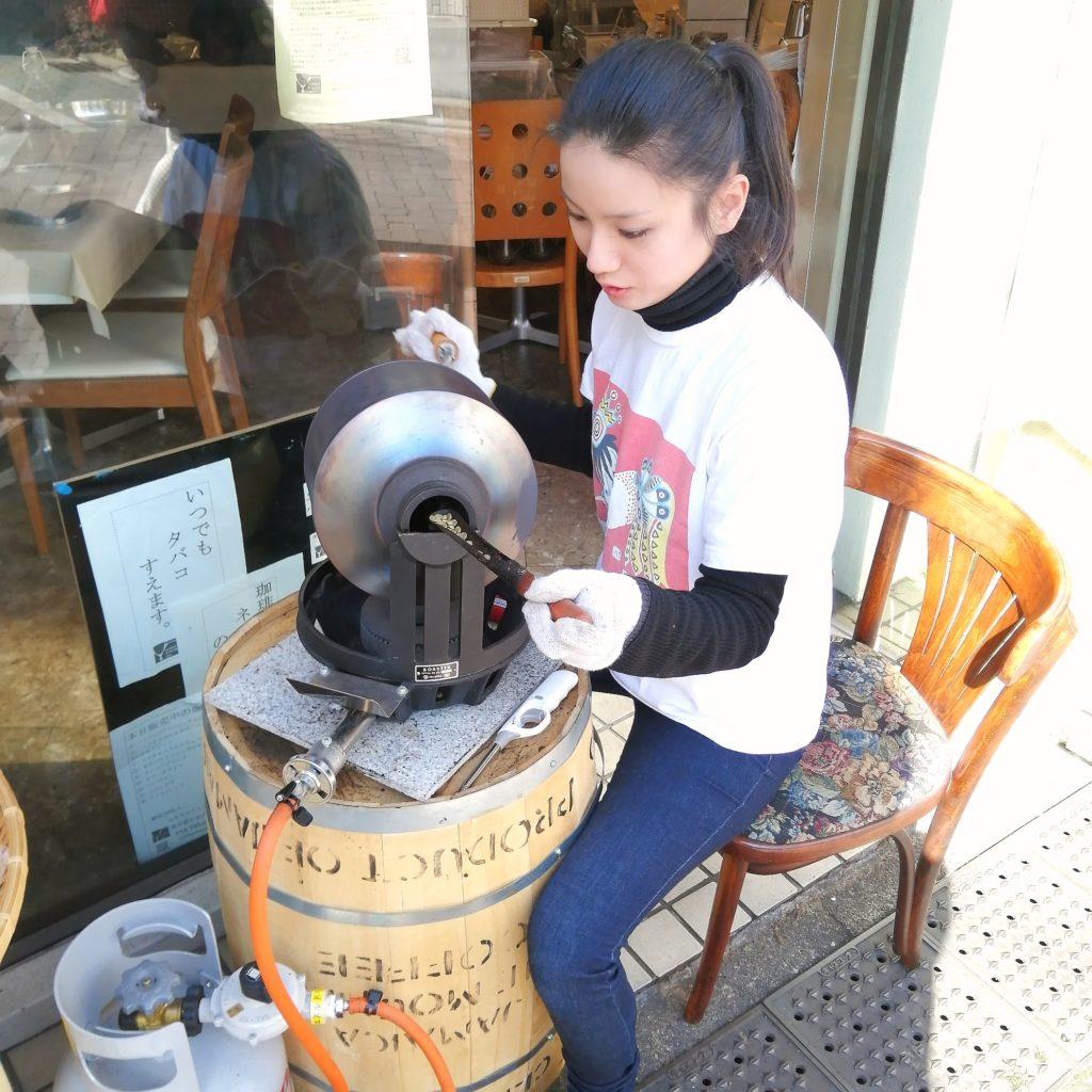 コーヒー焙煎「繁田珈琲焙煎倶楽部」愛さんの手回し焙煎