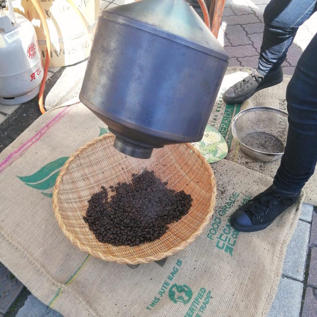 コーヒー焙煎「繁田珈琲焙煎倶楽部」愛さんの手回し焙煎・冷却