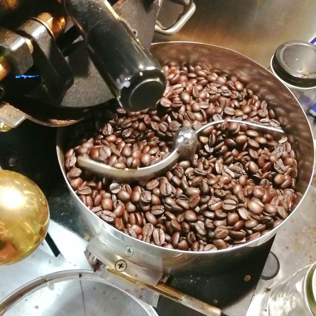 コーヒー焙煎「繁田珈琲焙煎倶楽部」焙煎豆を排出1