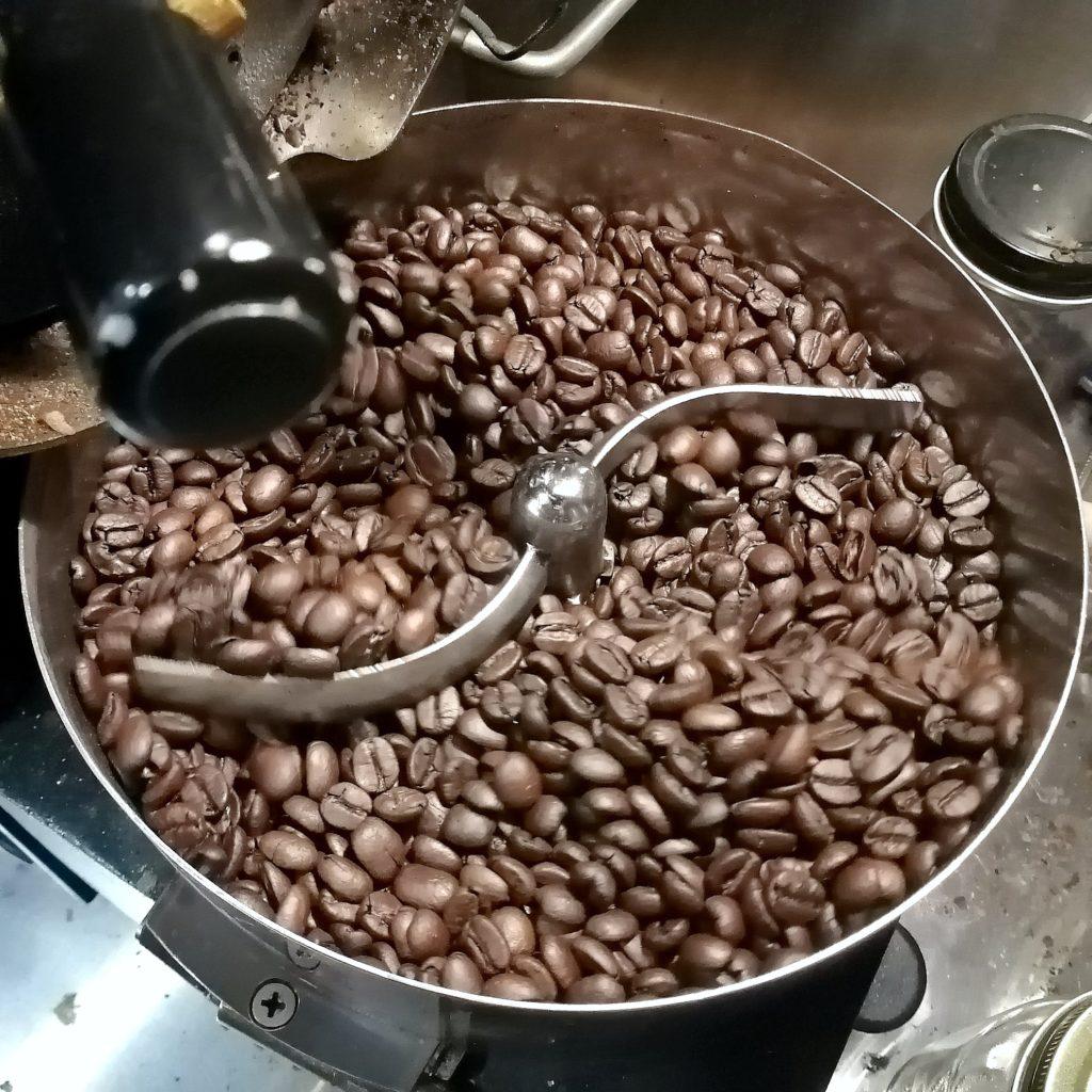 コーヒー焙煎「繁田珈琲焙煎倶楽部」焙煎豆を排出2