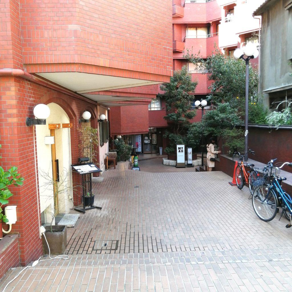高円寺肉料理「ブラチョーラ」お店は通りの一番奥