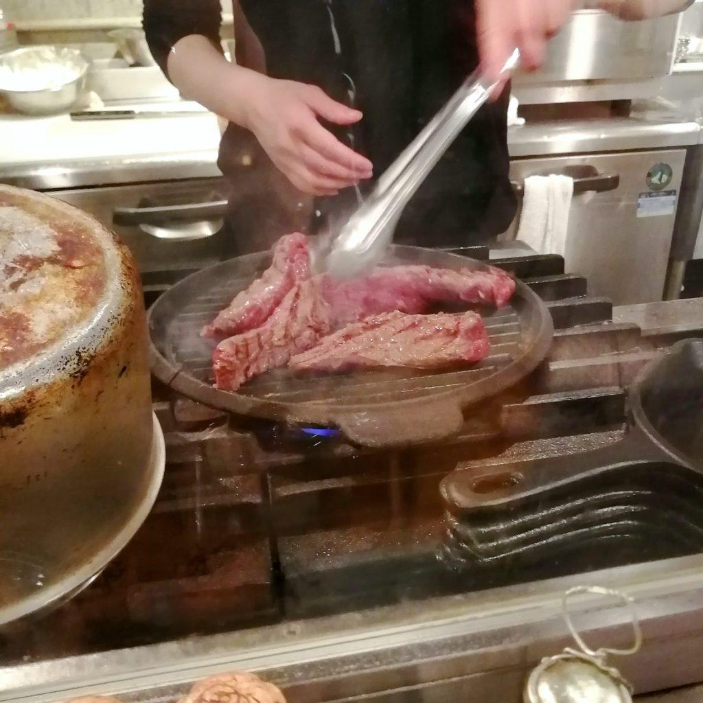 高円寺肉料理「ブラチョーラ」ステーキを豪快に焼く