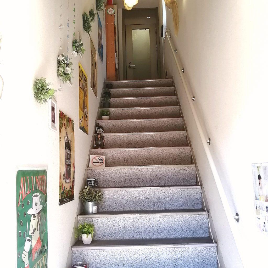 高円寺テイクアウト煮込みハンバーグ「ぽたかふぇ。」2階への階段