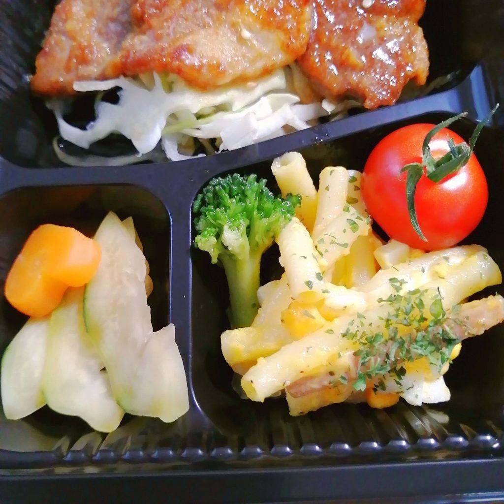 高円寺テイクアウトお弁当「テゲテゲ」玉子おにぎりと豚のしょうが焼き弁当・サラダとお漬物