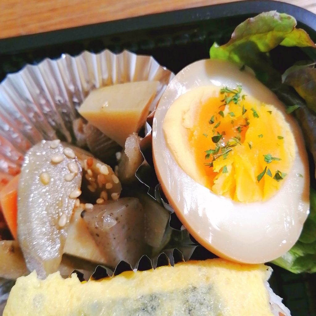 高円寺テイクアウトお弁当「テゲテゲ」玉子おにぎりと豚のしょうが焼き弁当・煮物などの副菜