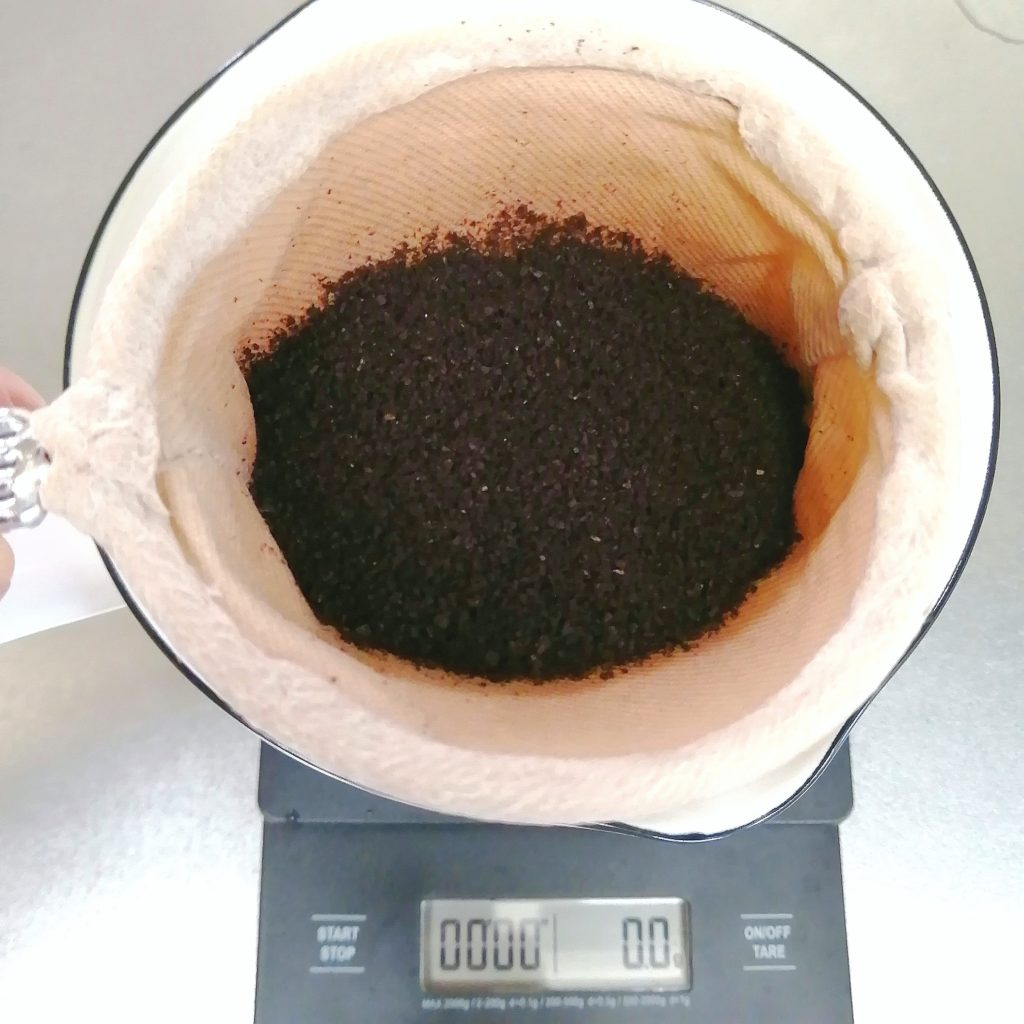 深煎りコーヒーのネルドリップ抽出・グラインドした豆