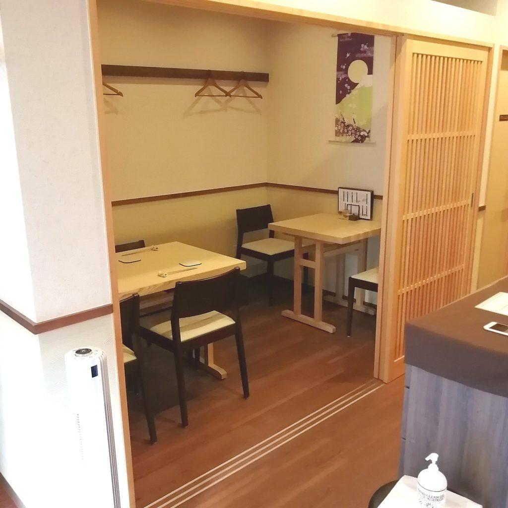 高円寺テイクアウト「マルキュウしん泉」店内テーブル席