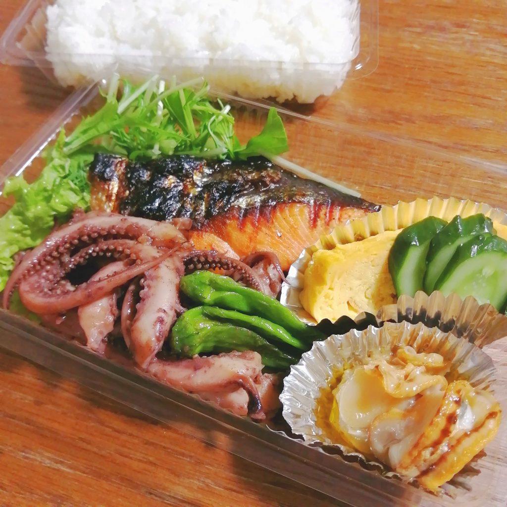 高円寺テイクアウト「ンメモンラボ」焼き鮭弁当のおかず
