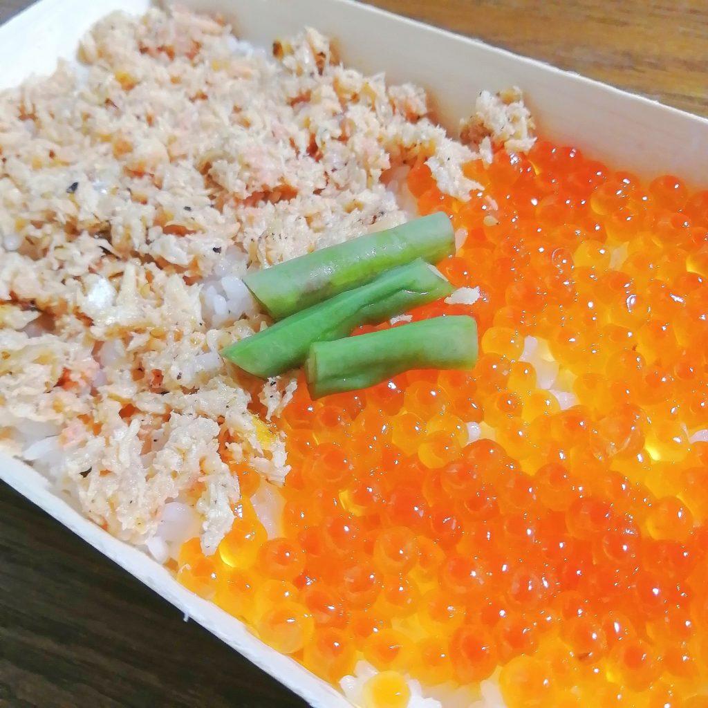 高円寺テイクアウト「カドヤ」鮭ハラスいくら弁当・アップ