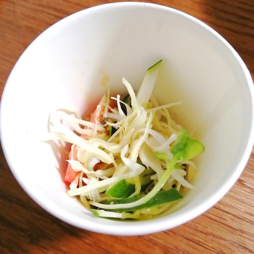 新高円寺テイクアウト「登龍園」冷やしチャーシュー麵・付け合わせのサラダ