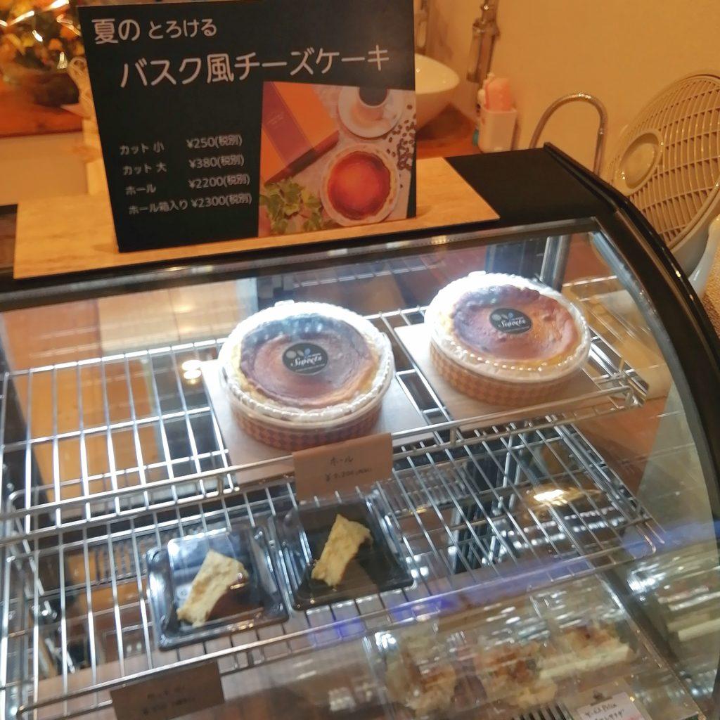高円寺テイクアウト「EATS Marche」店内・バスク風チーズケーキ