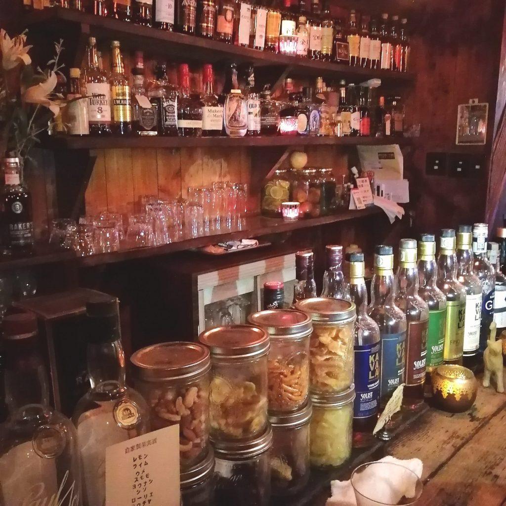 高円寺バー「Bar Tail」店内カウンター