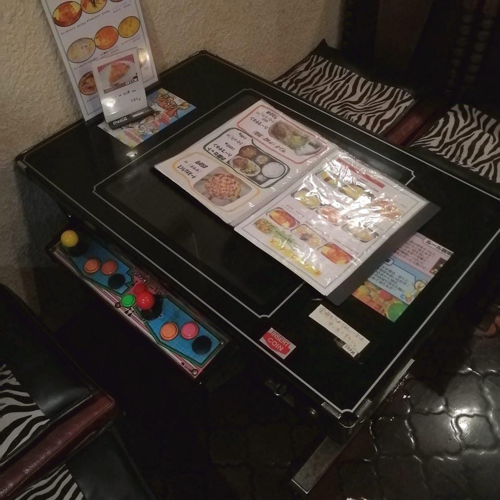 高円寺オムライス「カフェテラスごん」ゲーム筐体テーブル