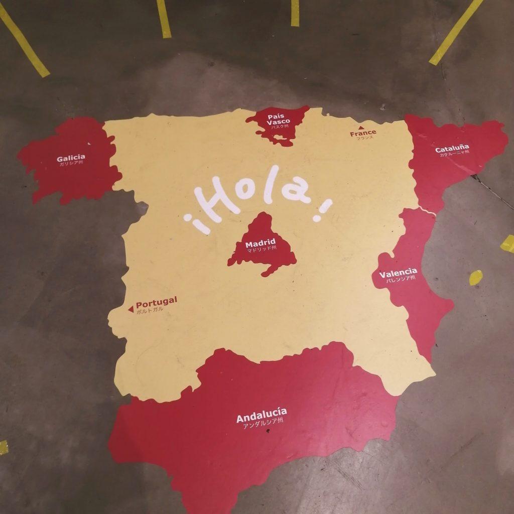 高円寺コーヒースタンド「CLOUDS ART+COFFEE」床にはスペイン地図