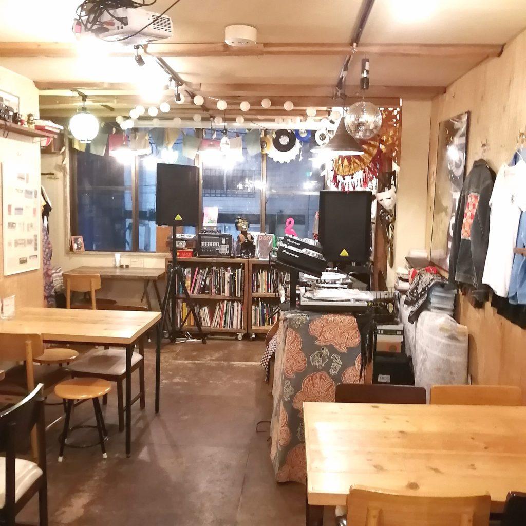 高円寺間借りカレー「UPPER CURRY」店内・テーブル