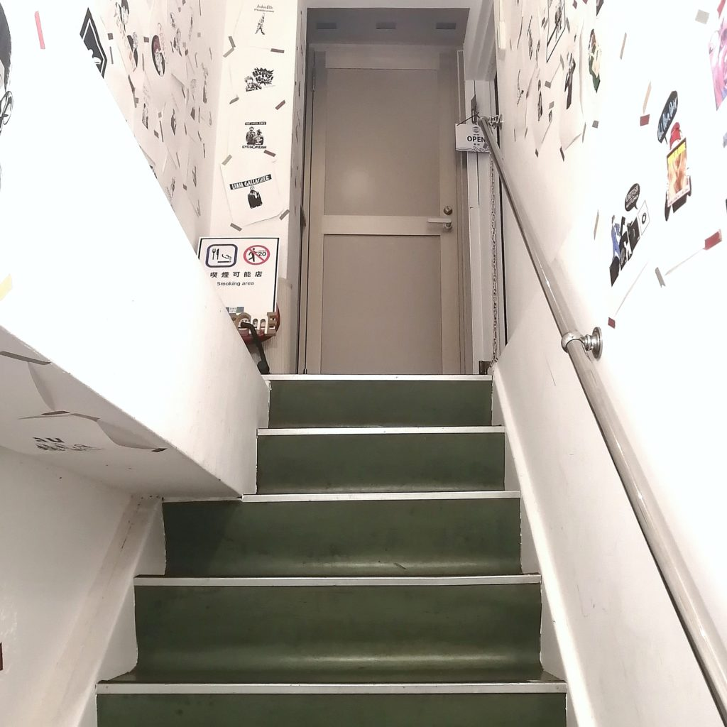 高円寺ミュージックバー「HOWL the field」2F店内へ