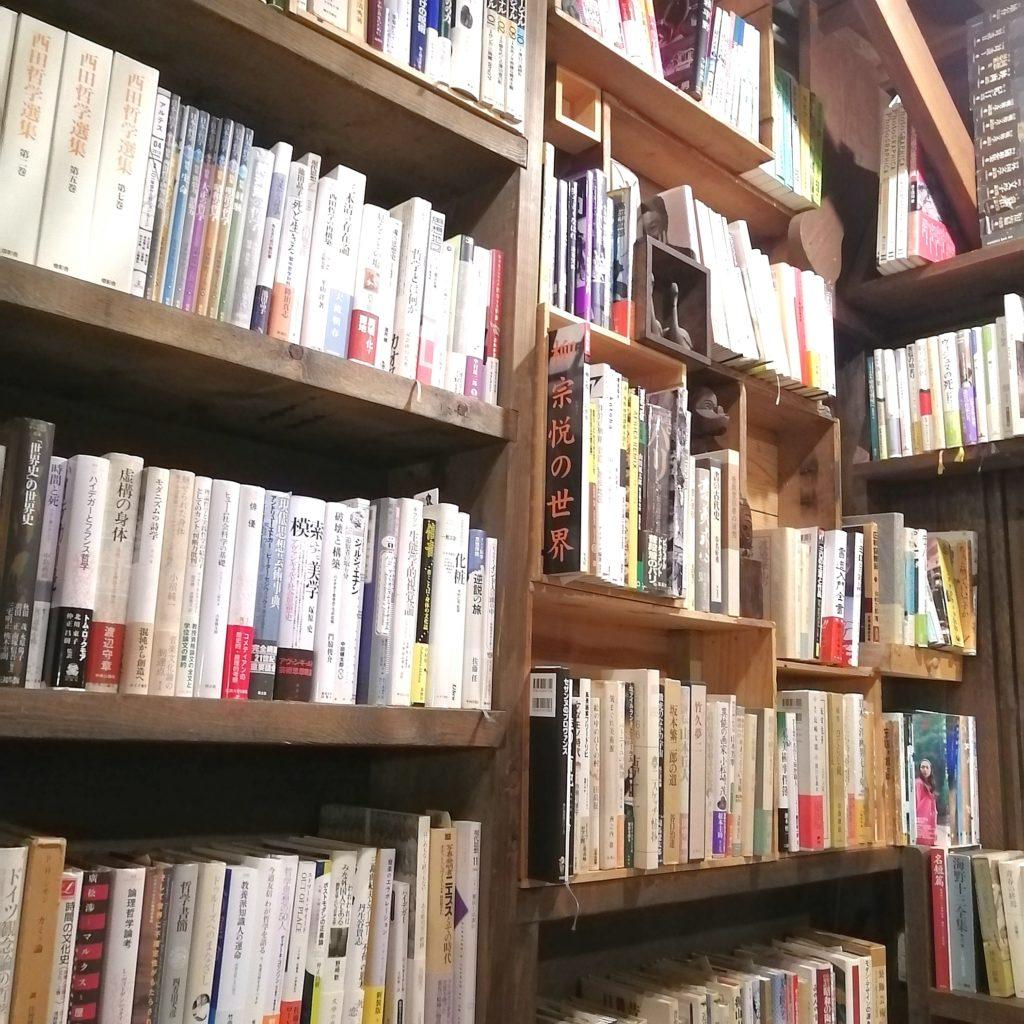 高円寺文学カレー「コクテイル書房」小上がりの本棚