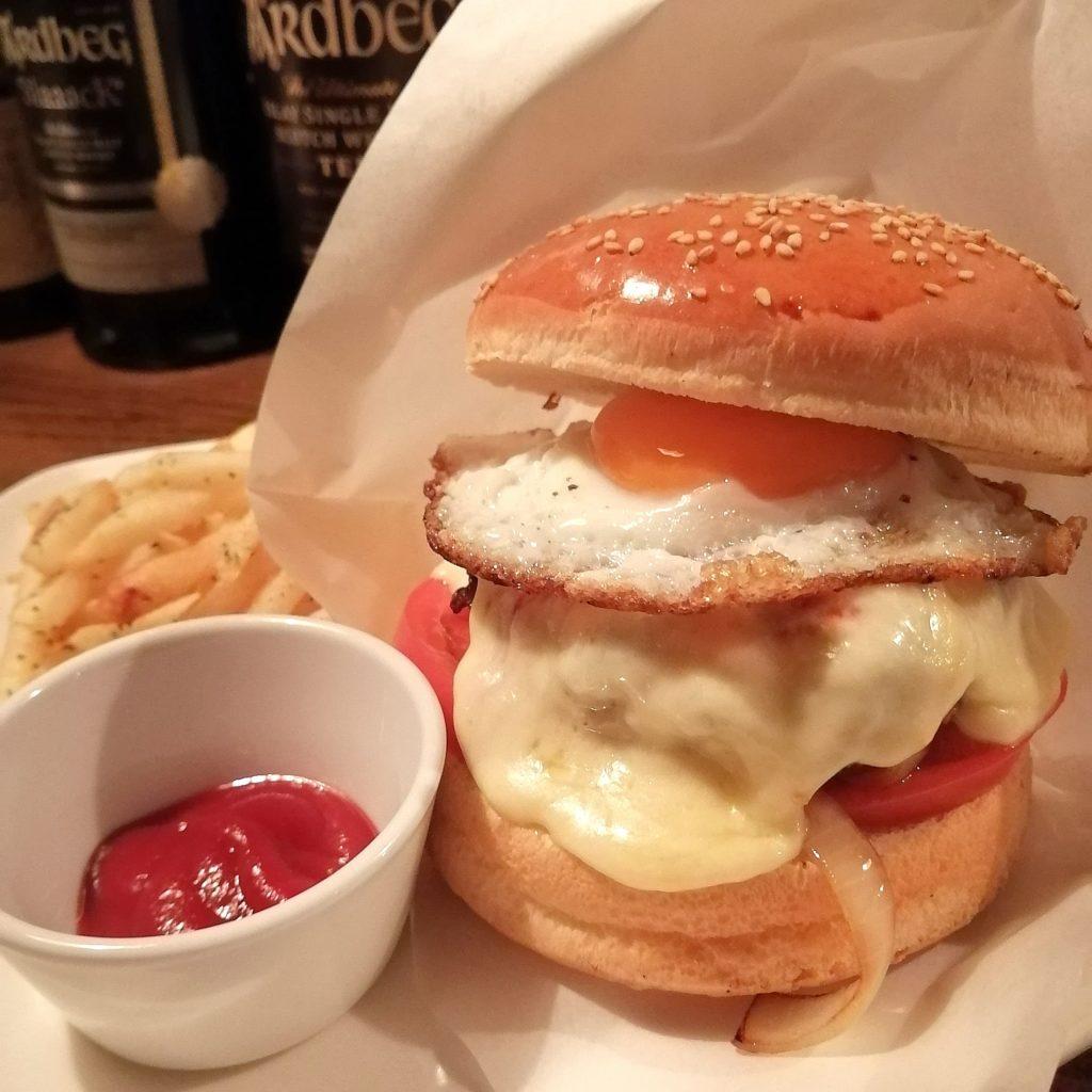 高円寺バー「Bar Light」チーズエッグハンバーガー