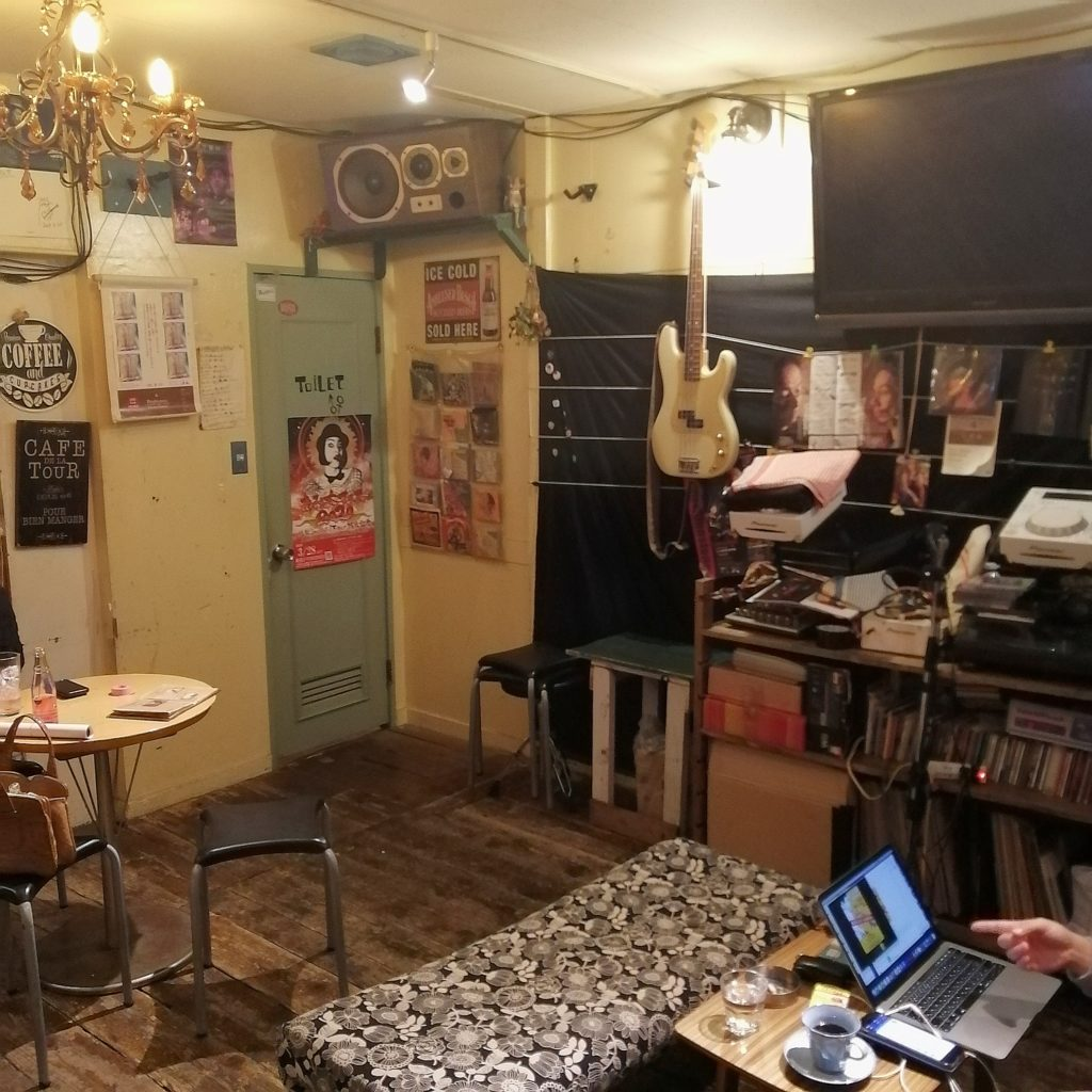 高円寺カフェ「トラゲット」店内・テーブル席
