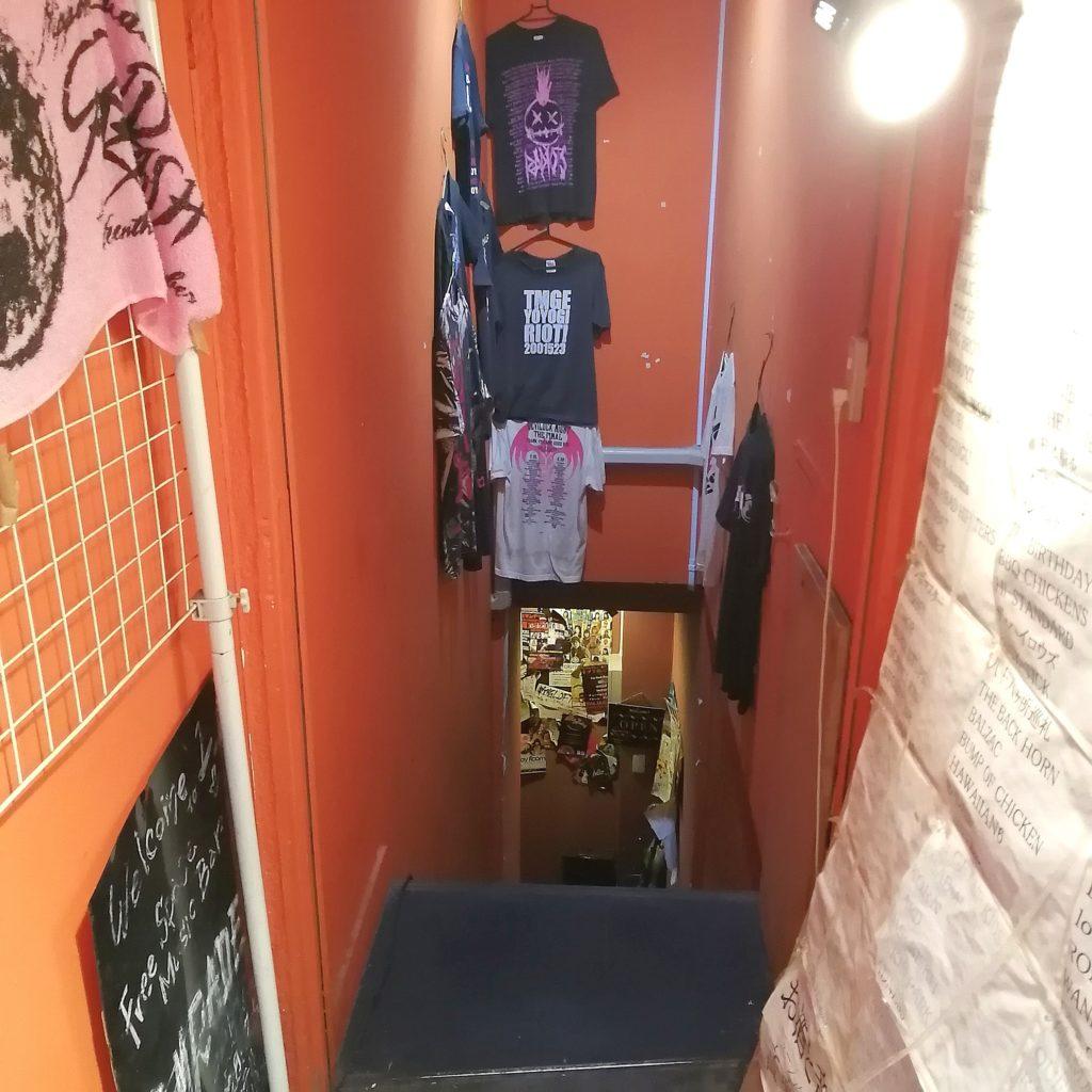 高円寺ミュージックバー「COMRADE」地下の店内へ