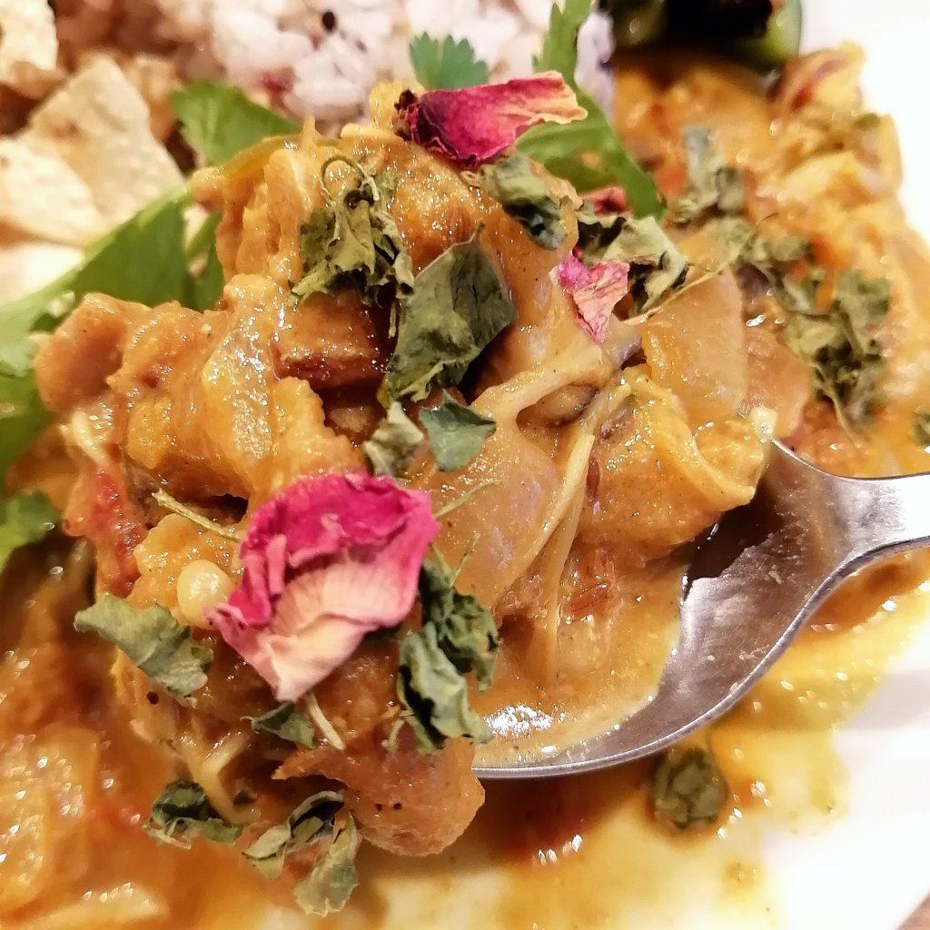 高円寺間借りカレー「マリシャック」4種の出汁の鶏もも肉とキノコのカレー