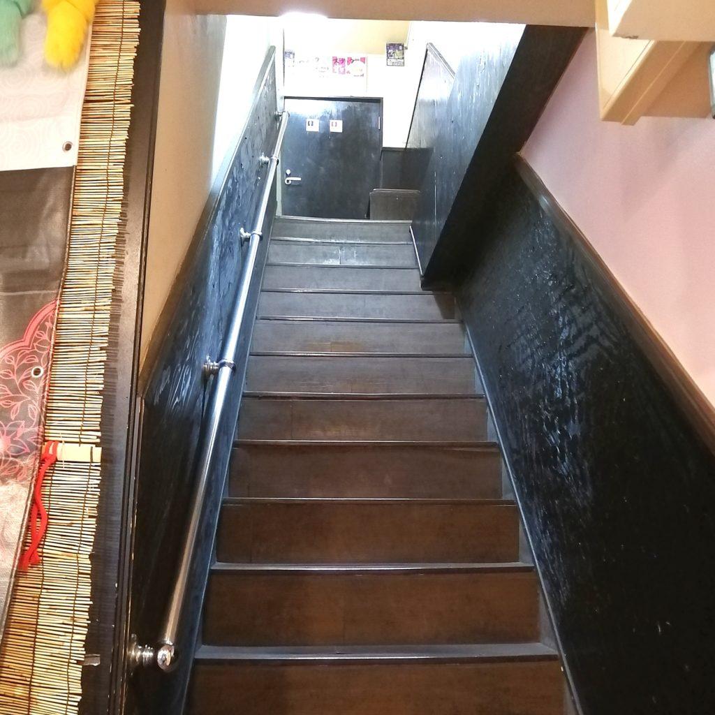 高円寺中華「永發(えいはつ)」お店の2階へ