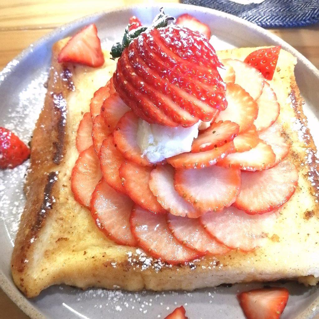 高円寺カフェ「cafe & bar LIP」いちごのフレンチトースト