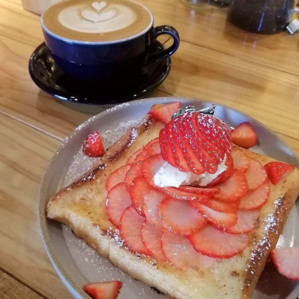 高円寺カフェ「cafe & bar LIP」カフェラテ、いちごのフレンチトースト
