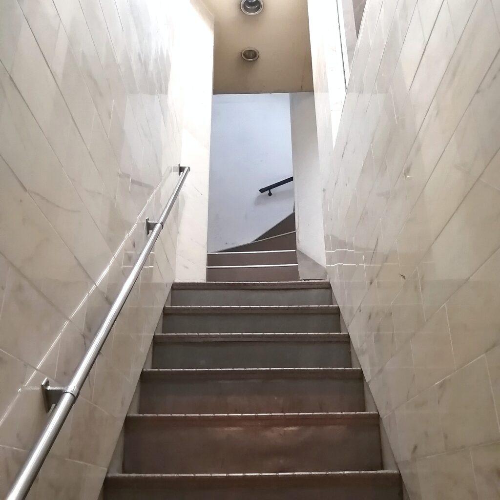 高円寺お寿司「シャン寿司」3階へ